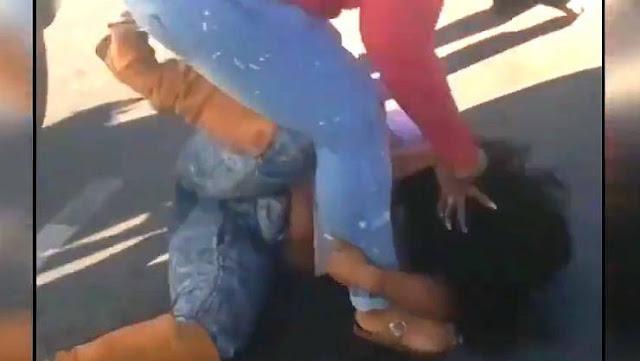 فيديو.. شجار بين سيدتين انتهى بشكل مأساوي ! سبب الخلاف غريب جدا !
