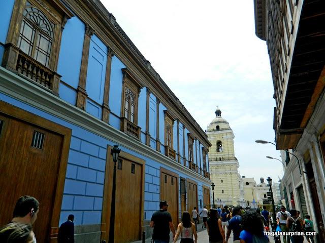 Rua que dá acesso à Igreja de São Francisco, no Centro Histórico de Lima, Peru