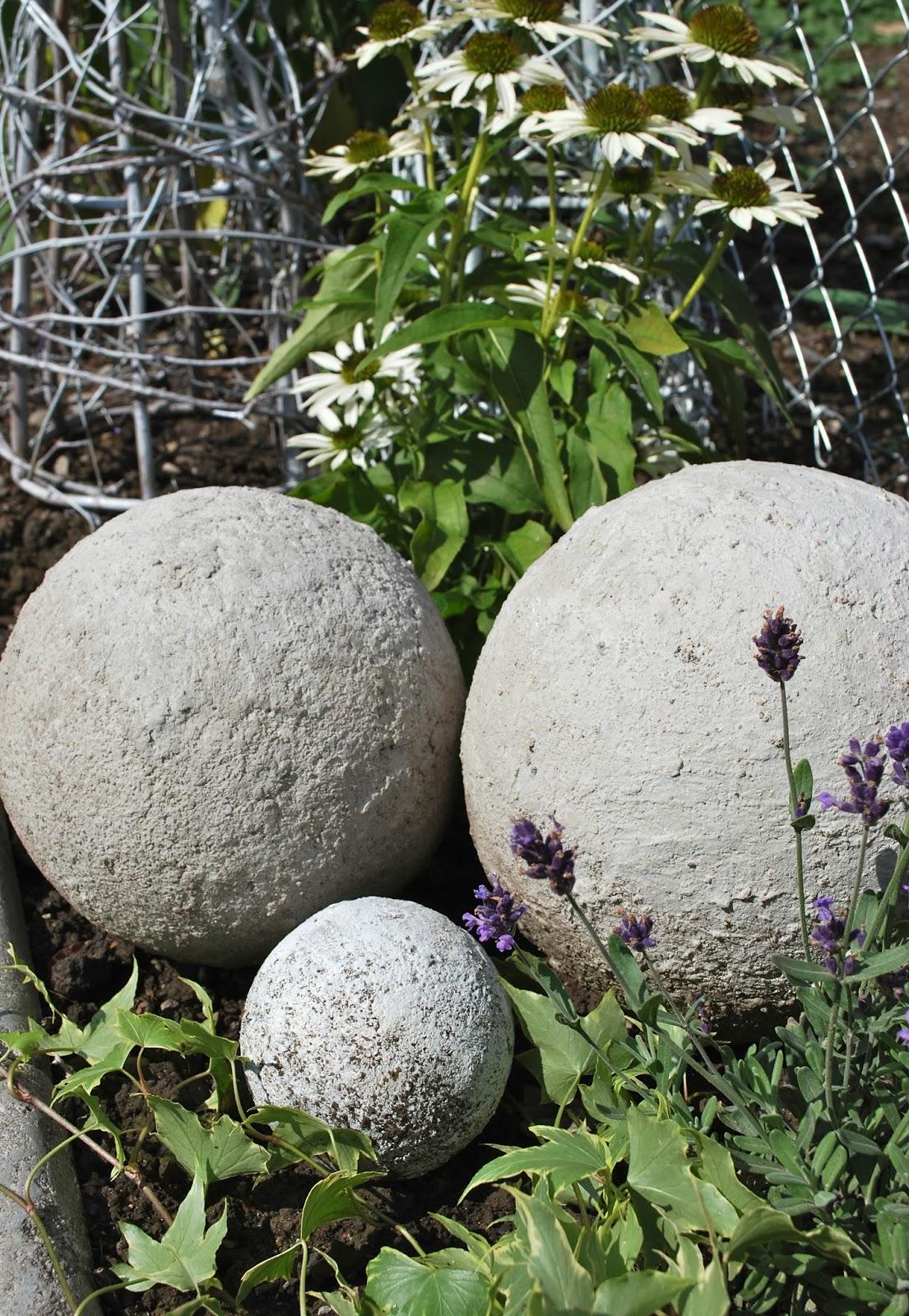 Mamas kram betonkugeln im neuen blumenbeet for Blumenbeet neu gestalten pflanzen