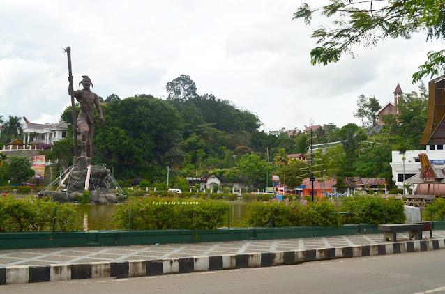 Patung Lakipadada di Bundaran kolam Makale, Jelajah Tana Toraja || JelajahSuwanto