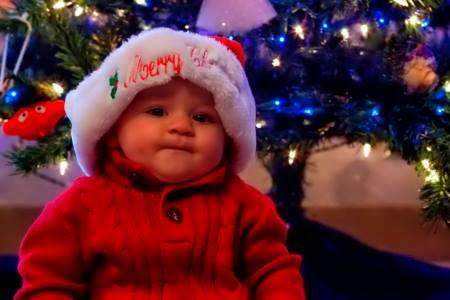 kırmızı elbiseli çok güzel bebek