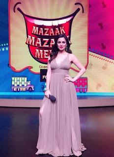 Foto Shraddha Arya sebagai Host di Mazaak Mazaak Mein
