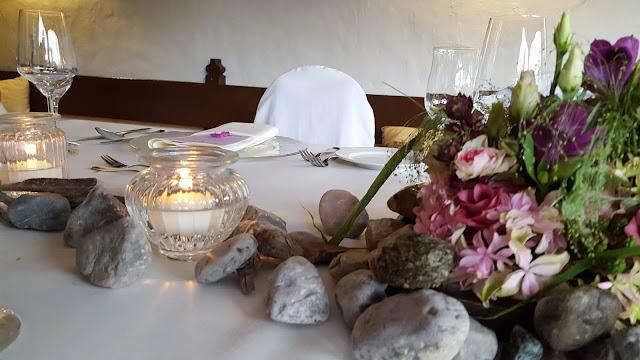 Tischdekoration Steingarten kleine Hochzeit im Familienkreis, Trachtenhochzeit in Bayern, Garmisch-Partenkirchen, Riessersee Hotel, lila, rosa, violett, heiraten auf der Zugspitze, Hochzeitsplanerin Uschi Glas