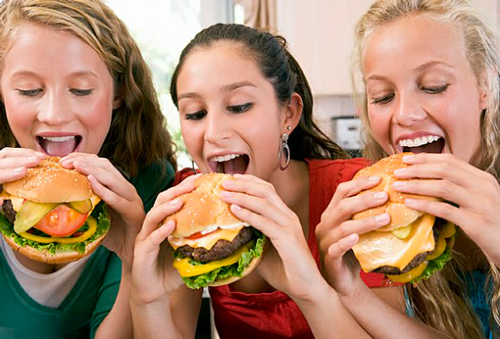 Resultado de imagen para joven comiendo comida chatarra