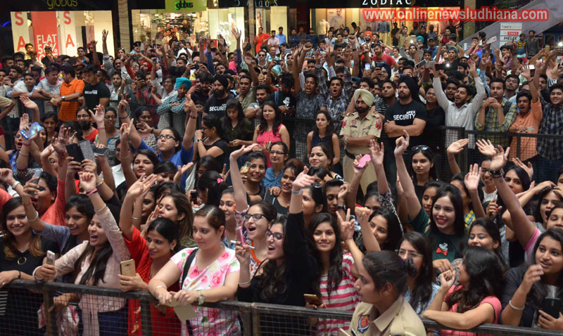 Fans excited to see Shah Rukh khan in a mall in Ludhiana