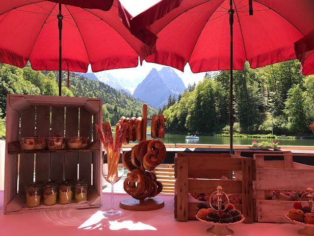 Fingerfood zum Hochzeitsempfang, Berghochzeit am Riessersee in Garmisch-Partenkirchen, Bayern, Hochzeitshotel, Hochzeitsplanerin Uschi Glas, Apricot, Rosé, Marsalla, Pastelltöne