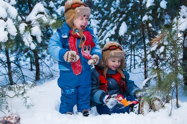 activités, jeux pour enfants en vacances d'hiver, saison de ski, école de neige