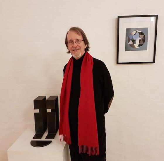 Perry Oliver imellem en af sine skulpturer og et grafisk værk