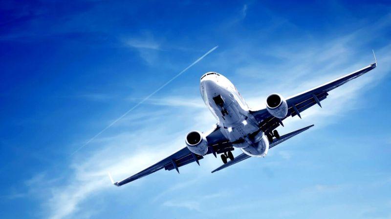 Αεροσυνοδός «καρφώθηκε» στο ταβάνι αεροσκάφους κατά τη διάρκεια πτήσης (βίντεο)