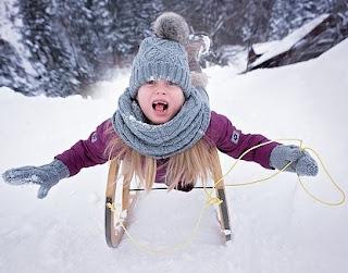 Kind mit Mütze und Schal