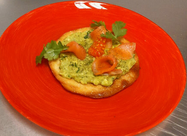 torta de aceite con guacamole y salmón alocados en la cocina