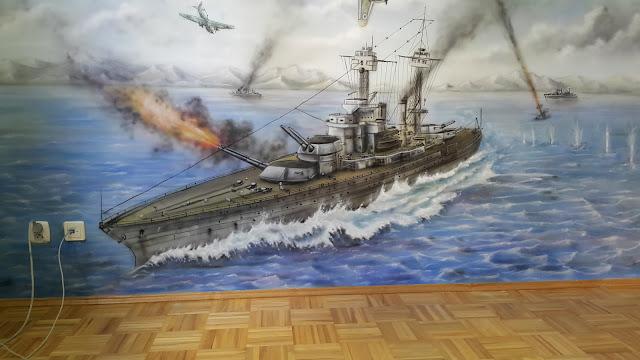 Artystyczne malowanie ściny w pokoju chłopca, malowanie okrętu wojennego i bitwy morskiej.