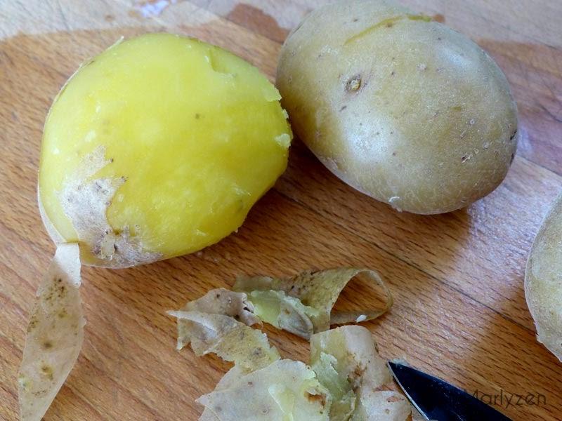 Epluchez les pommes de terre cuites.