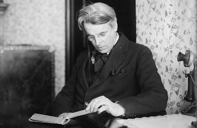 Ο Ουίλιαμ Μπάτλερ Γέιτς ενώ διαβάζει ένα βιβλίο / W. B. Yeats reading a book