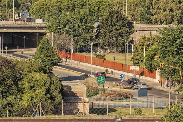 Paisaje urbano con vías