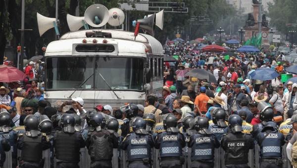 Policía de México bloquea caravana de maestros contra la reforma educativa