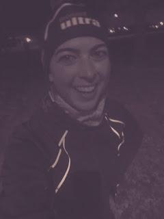 Coureuse souriante le soir l'hiver