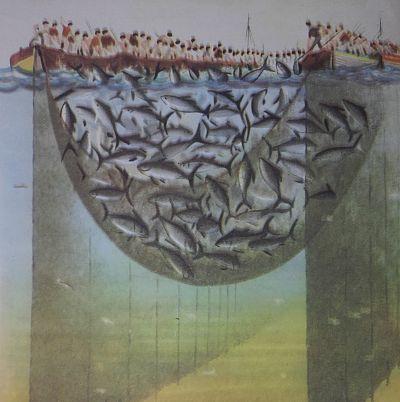 Dibujo de pescadores en barcas levantando la red llena de atún, y sosteniendo largas pértigas, apunto de golpear los atunes