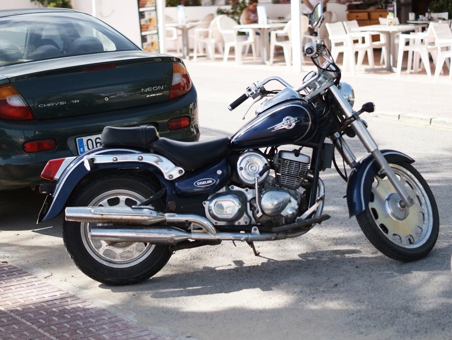 Blog + Fotografie by it's me! - Reisen - La Isla Blanca Ibiza, Santa Eurlaria - Motorrad am Straßenrand