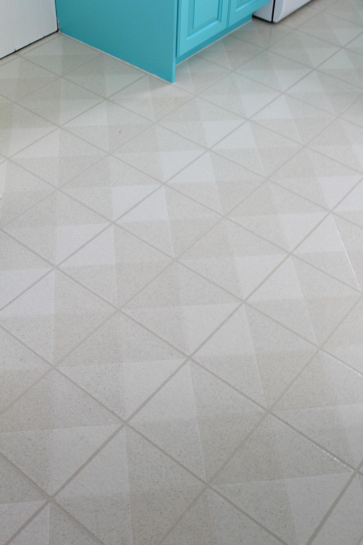 how to paint a vinyl floor diy painted floors dans le lakehouse. Black Bedroom Furniture Sets. Home Design Ideas