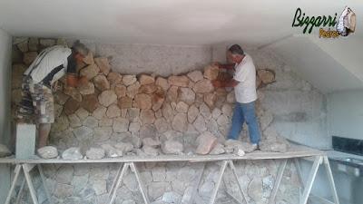 Bizzarri ajudando na execução de um revestimento de pedra moledo na adega sendo a pedra na cor bege mesclado em residência em Itatiba-SP. 09 de dezembro de 2016.