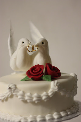 Cake Topper Tauben, Herbsthochzeit in den Bergen von Garmisch-Partenkirchen, Hochzeitslocation in Bayern, Riessersee Hotel - Bordeaux, rote Rosen, herbstlich