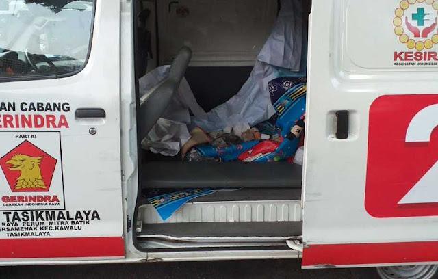 Polri Sita Ambulans Berlogo Parpol yang Muat Batu dan Amplop Berisi Uang