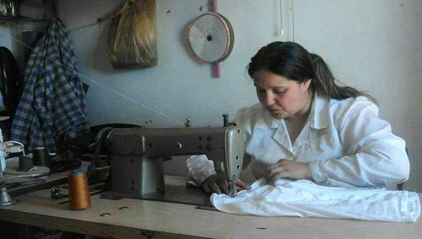 سيدة من السويداء تجاوزت الظروف الاجتماعية والأسرية وأسست أول ورشة صغيرة للخياطة