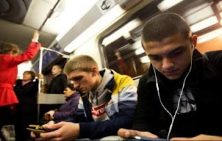 Mendengarkan Musik di Kereta