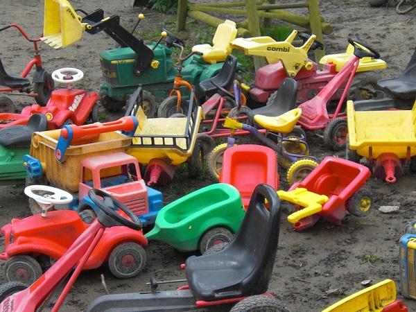 imagem de muitos brinquedos espalhados