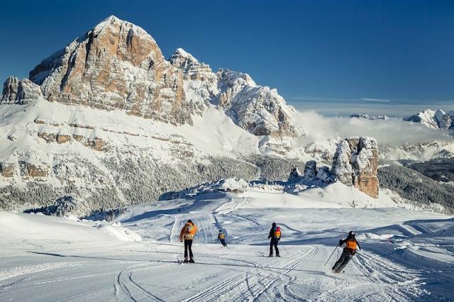 Pessoas esquiando na Cortina d'Ampezzo
