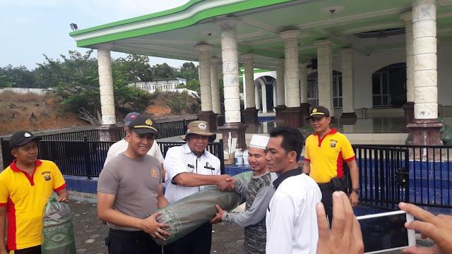 Kompak, Unsur Tripika Kecamatan Plakat Tinggi Gotong Royong Bersihkan Masjid Al Furqon