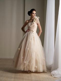 modelo de vestido de noiva em tom marfim