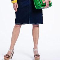 Женщина за 50 в юбке до колена