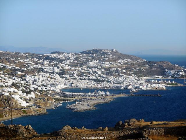 wyspa Mykonos na tle błękitnego morza i nieba, białe cykladyczne domki Grecja