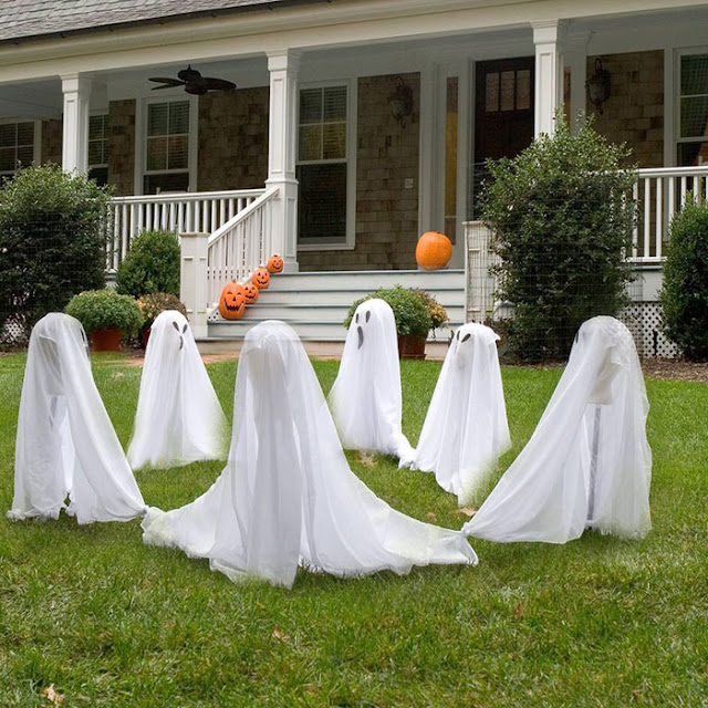 26 easy and outdoor Halloween décor ideas. Halloween DIY for outdoor decoration. Best haunted Halloween decoration ideas. Funny ghost decoration for lawn. Best Halloween decoration ideas 2018. Halloween spooky party decoration for front porch.