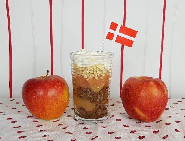 Rezept: Æblekage - der dänische Apfelkuchen, der keiner ist. Es handelt sich nämlich nicht um Apfelkuchen, sondern um ein Schichtdessert, einen tollen Nachtisch mit Äpfeln aus Dänemark!