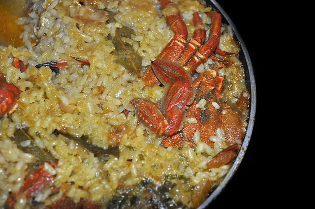 sarten con arroz, hojas de laurel y cangrejos (nécoras)