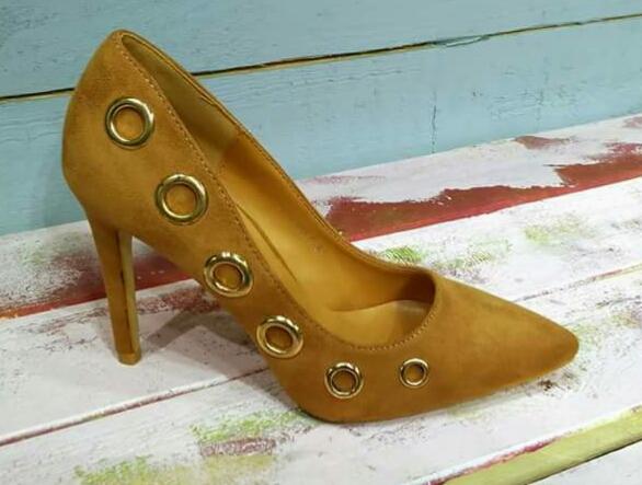 2f7c4d3903 El zapato que traigo hoy es un stiletto en ante de color camel perforado  alrededor de todo el lado externo y adornado con arandelas color plata