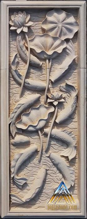 Relief sembilan ikan koi batu putih