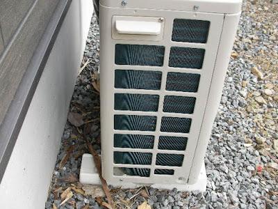 シャープのエアコンの室外機 横