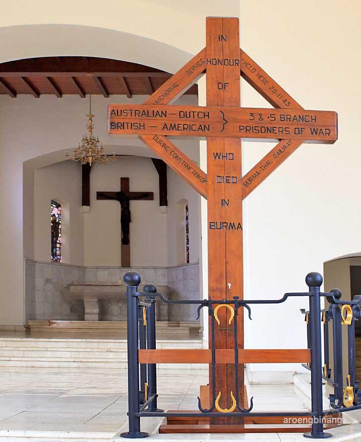 salib kayu gereja simultan menteng pulo