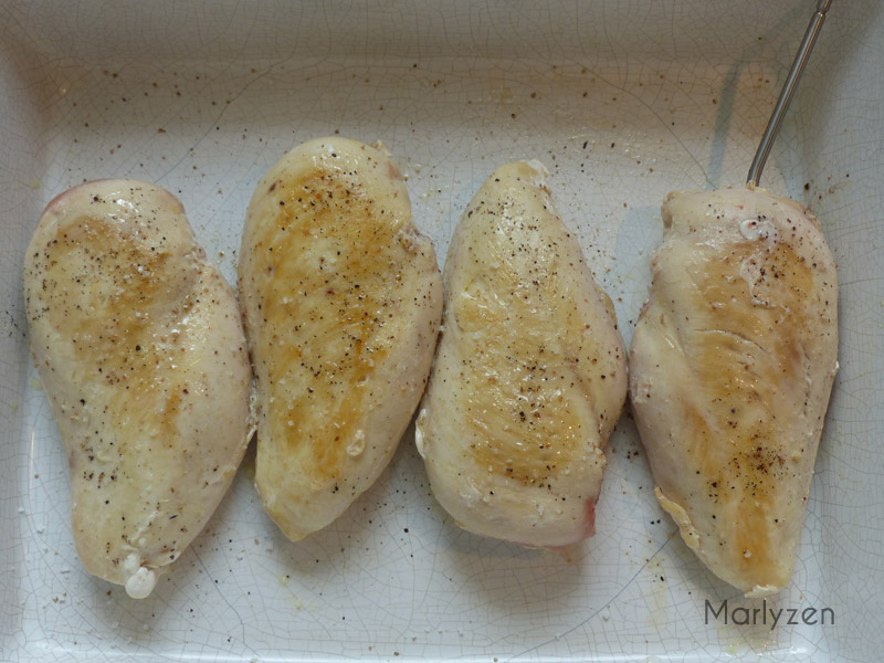 Placez le poulet dans le plat préchauffé.