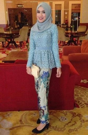 Gambar Kebaya Muslim Brokat Kombinasi Batik Modern