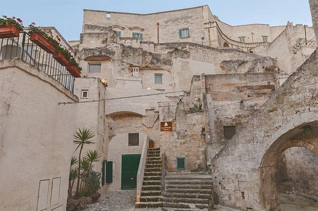 01-Building-Exterior-La-Dimora-di-Metello-Hotel-Matera-by-Manca-Studio-www-designstack-co