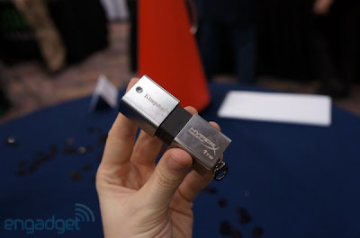 """Cuando aún causan furor las memorias portátiles de 4 GB a 54 GB de capacidad y la compra de discos externos se disparan en la era de la información, la tecnológica Kingston dio a conocer su último aporte a la portabilidad digital. Se trata de un pendrive que permite almacenar 1 Terabyte (palabra que proviene del latín para """"bestia"""" o monstruo"""") Se trata del Flash USB DataTraveler HyperX Predator 3.0, el dispositivo de mayor capacidad del mundo actualmente en su categoría. Aunque estará disponible desde este primer semestre, no tiene fecha de comercialización en el país aún y su precio"""
