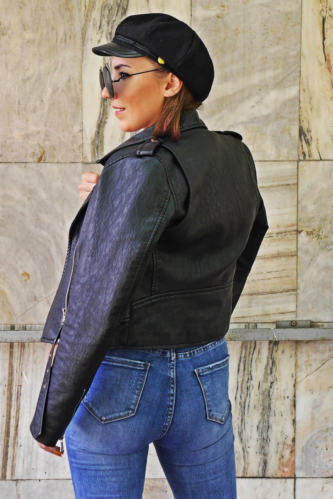 czarna ramoneska niebieskie spodnie jeansowe czapka maciejówka karyn blog modowy