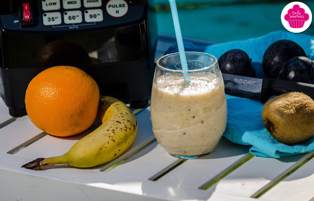 Smoothie à la banane, orange, kiwi et prunes