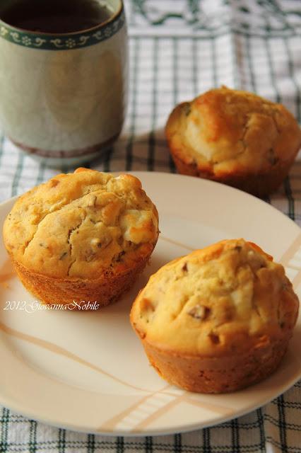 Muffin con feta, timo e noci