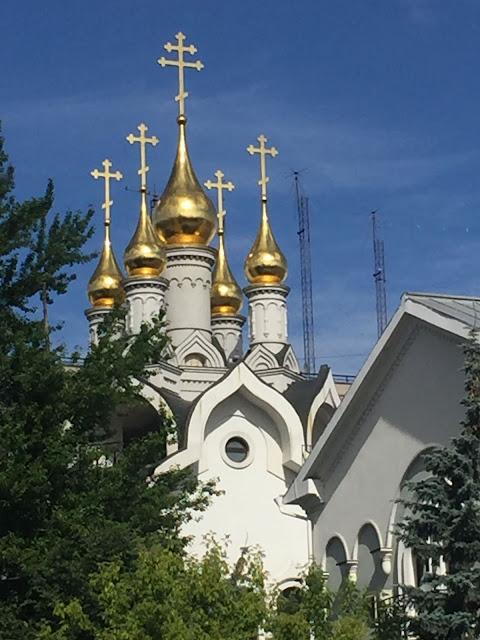 Вид на купола храма со стороны Грохольского переулка